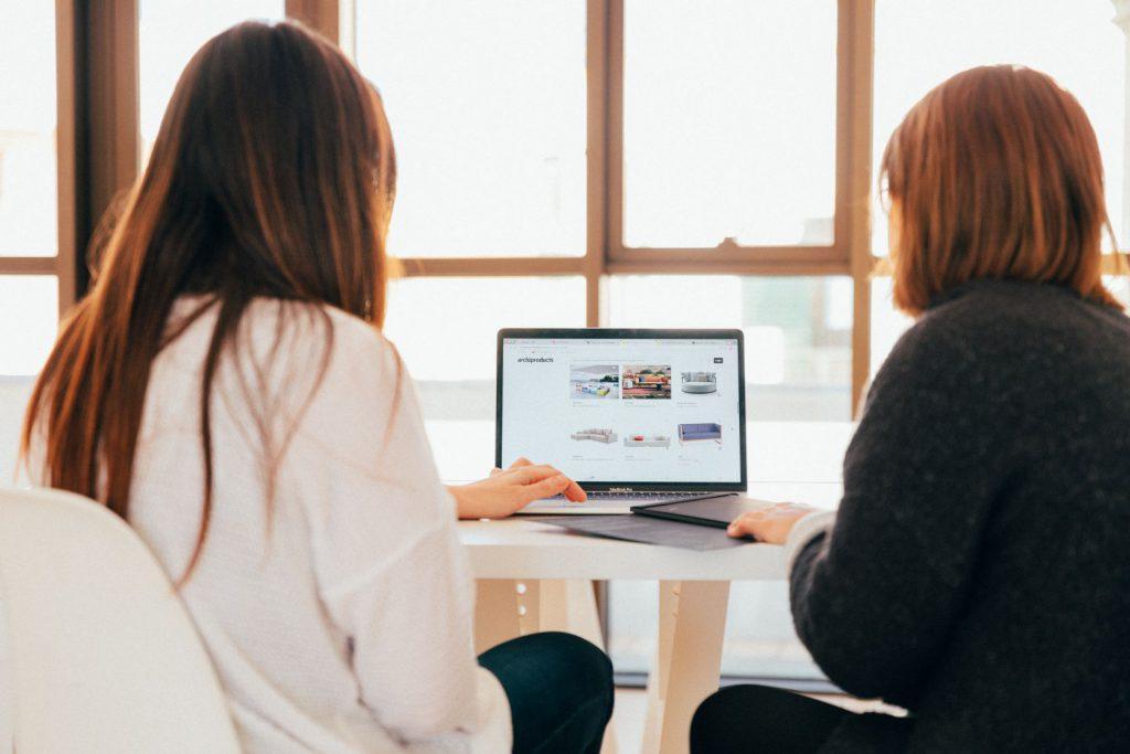 Bild von zwei Frauen am Laptop