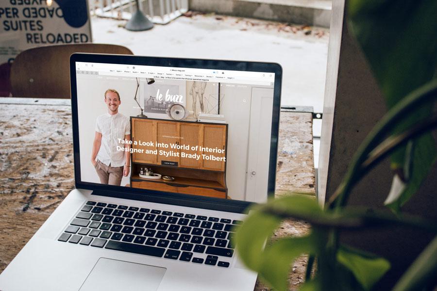 Bild von einem aufgeklappten Laptop, das eine Webseite zeigt