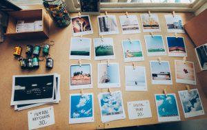 Bild von ausgebreiteten Polaroid Fotos