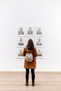 Bild einer Frau, die sich Bilder anschaut