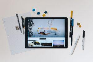 Bild eines Tablets, das eine Website mit Bilder zeigt